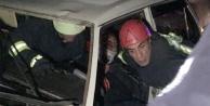 Tıra arkadan çarpan otomobilin sürücüsü sıkıştı