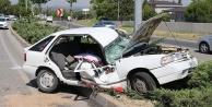 Otomobil, aydınlatma direğine çarptı: 2#039;si çocuk 5 yaralı