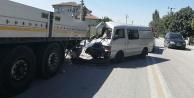 Park halindeki TIR#039;a çarpan panelvan minibüsteki 7 kişi yaralandı