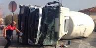 Beton mikseri, demir yüklü kamyona çarptı