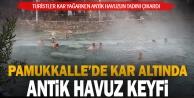 Pamukkale#039;de turistler kar yağarken antik havuzun keyfini çıkardı
