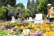 Bayram öncesi mezarlıklar temizleniyor