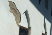 Restore edilen caminin duvarındaki sıva döküldü
