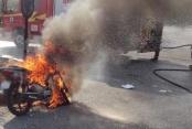 Seyir halindeki motosiklet yandı