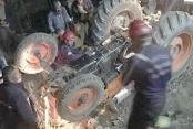 Devrilen traktörün altında kaldı
