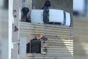 Adliyede klima tamir eden 2 işçi, önce çatıya, sonra otomobilin üzerine düştü