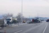 Kaygan yolda tır ve kamyonet devrildi