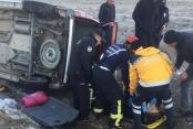 Buzlu yolda kayan aracın sürücüsü yaralandı