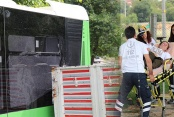 Kamyonetin kasası belediye otobüsünün camına çarptı: Hamile yolcu yaralandı