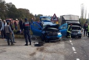 Kavşakta 3 araç çarpıştı, 3 kişi yaralandı