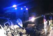 Otomobil, kütük yüklü traktöre çarptı