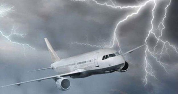 Uçakta yıldırım paniği