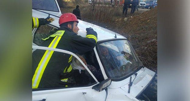 Şarampole devrilen otomobildeki iki kişiyi itfaiye kurtardı